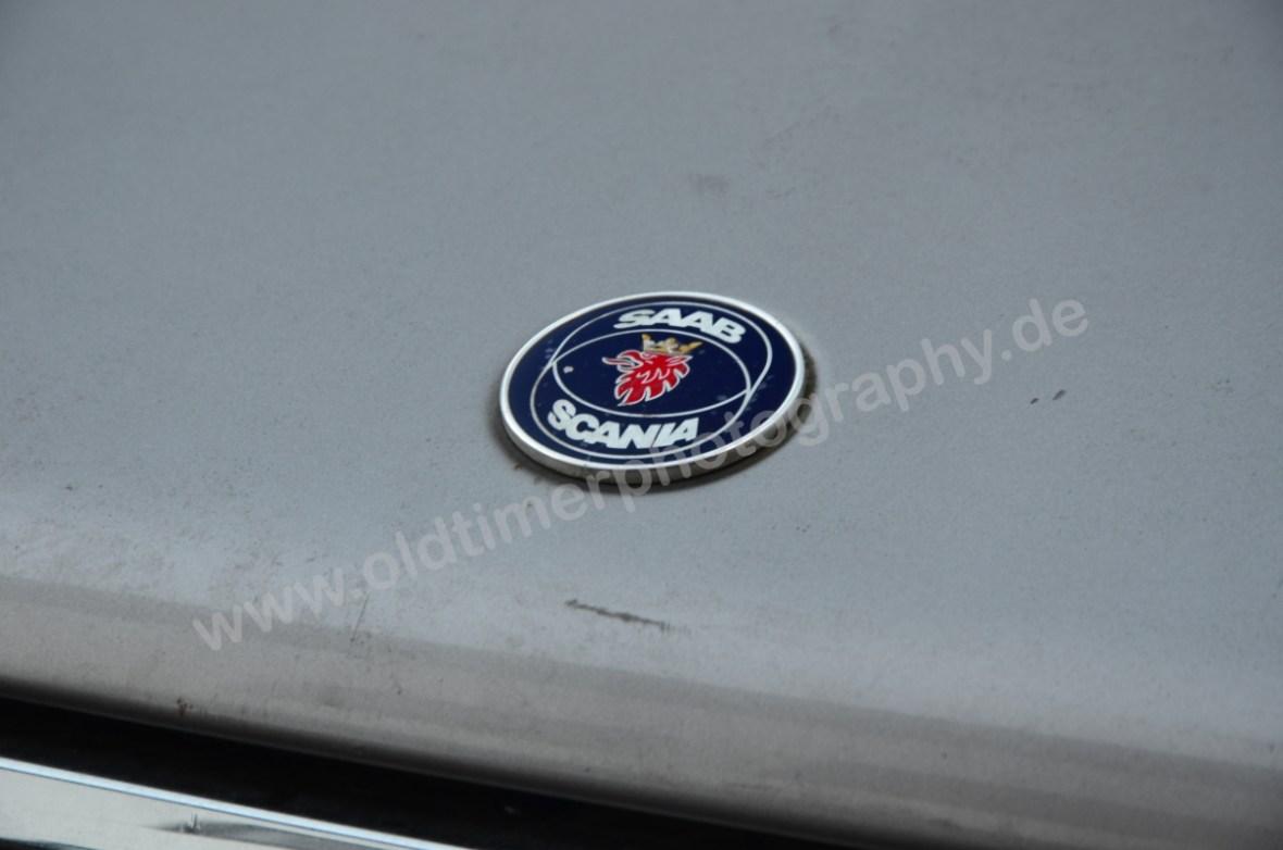 Saab 900 Sedan mit Logo Saab Scania auf der Motorhaube
