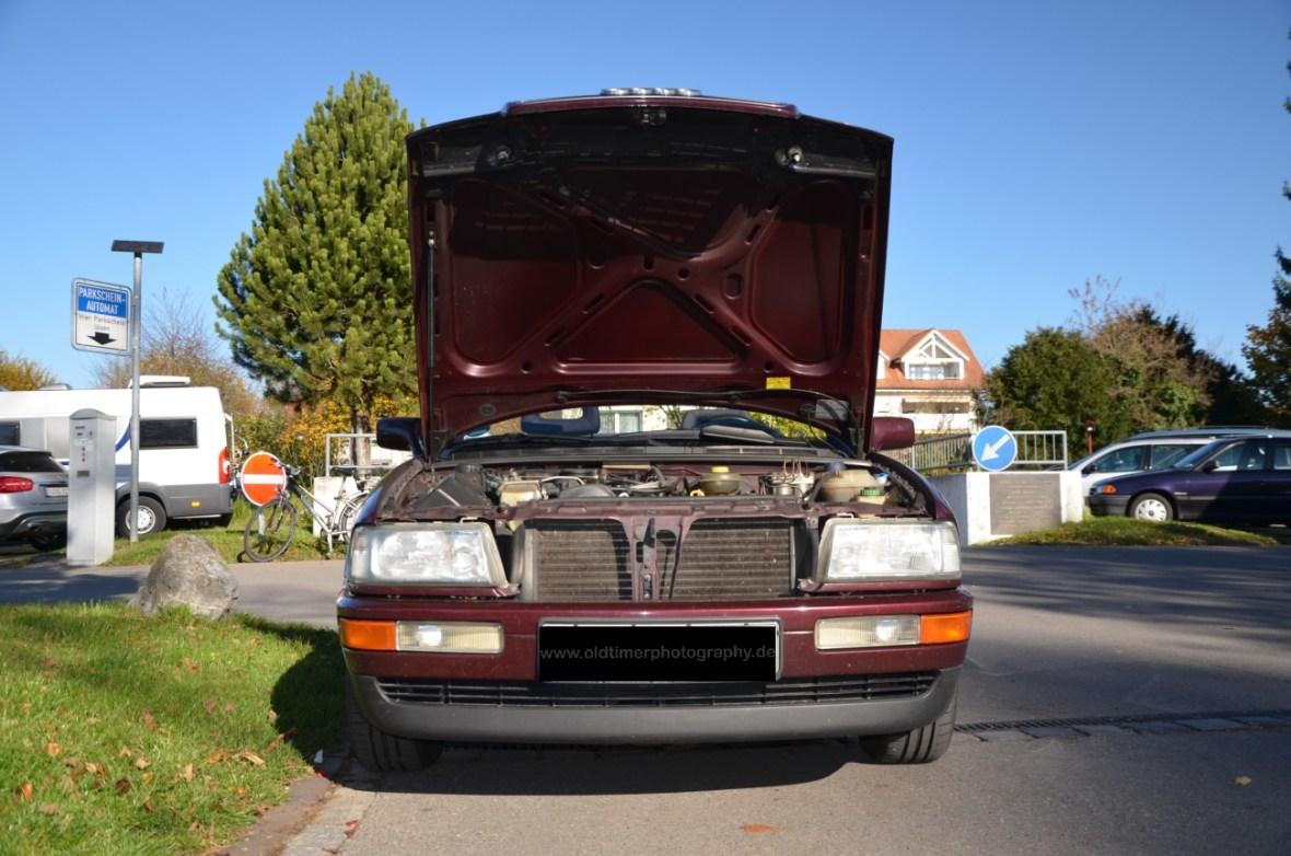 Audi 80 Cabrio mit geöffneter Motorhaube