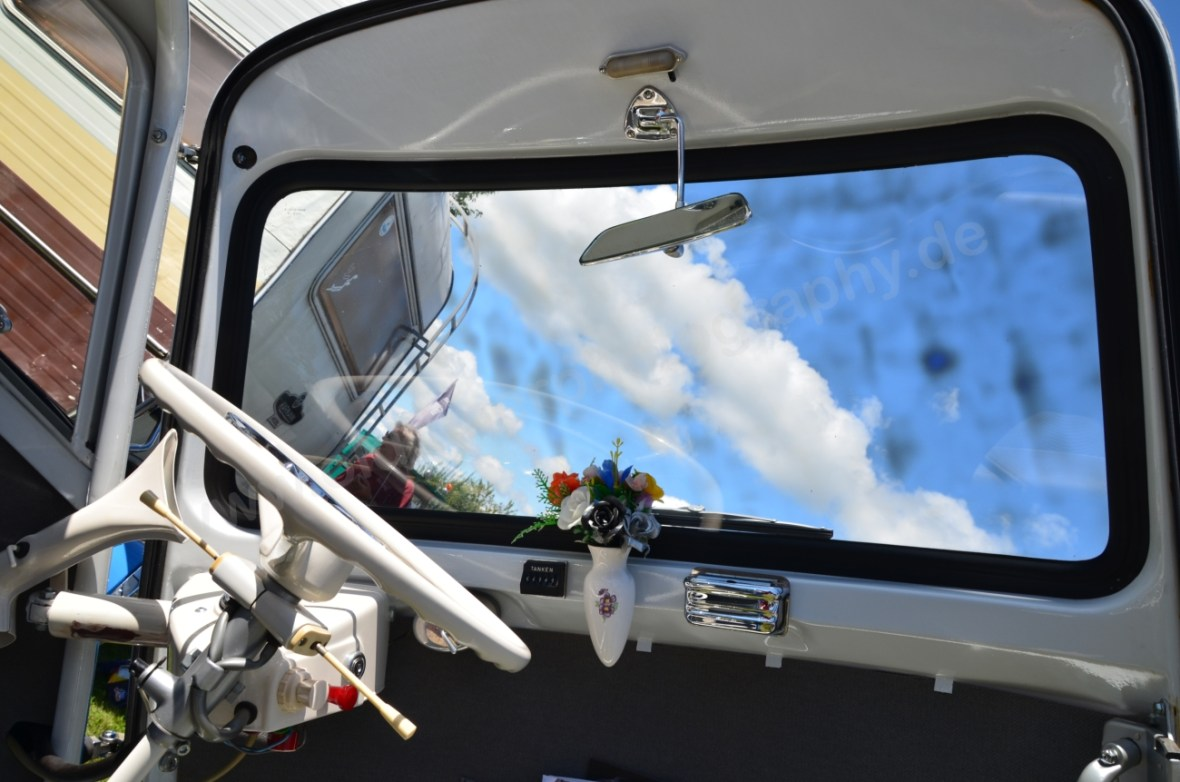 BMW Isetta 250 mit großer Panoramascheibe und Blumenvase mit Gesteck