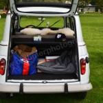 Renault 4 mit geöffneter Heckklappe
