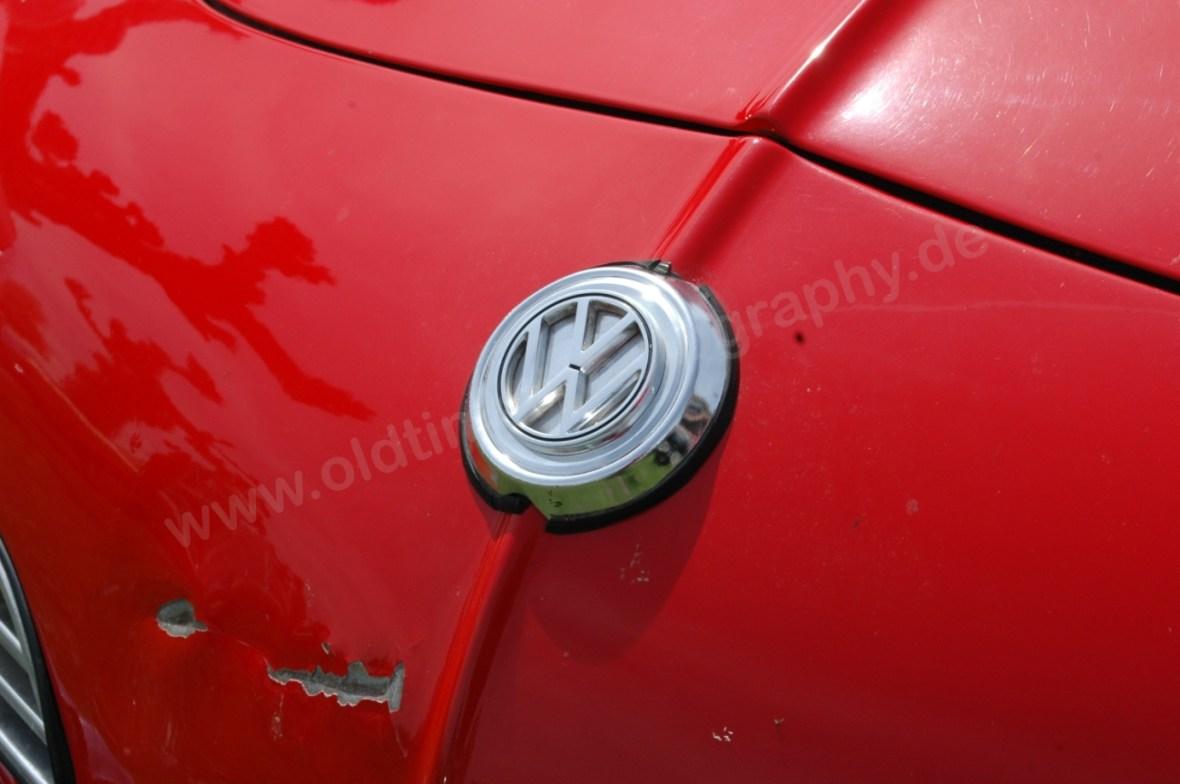 VW Karmann Ghia mit Logo auf Fronthaube