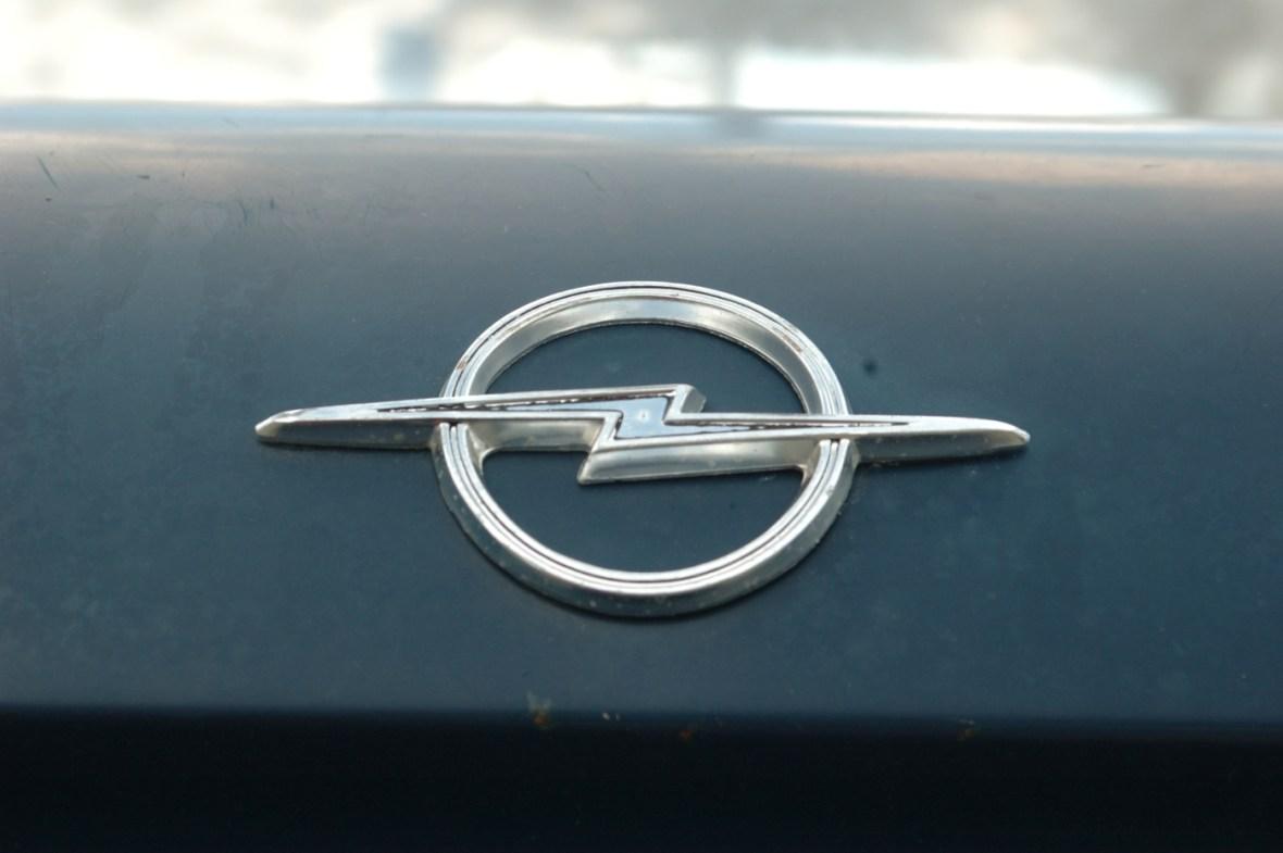 Opel Kadett A Coupe mit Opel-Logo hinten auf dem Kofferraumdeckel