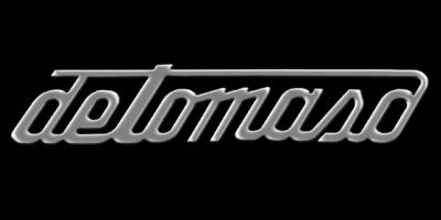 Logo De Tomaso mit detomaso Schriftzug am Heck