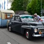 Volvo PV 544 bei der Einfahrt zu einer Oldtimermesse inklusive Wohnwagen
