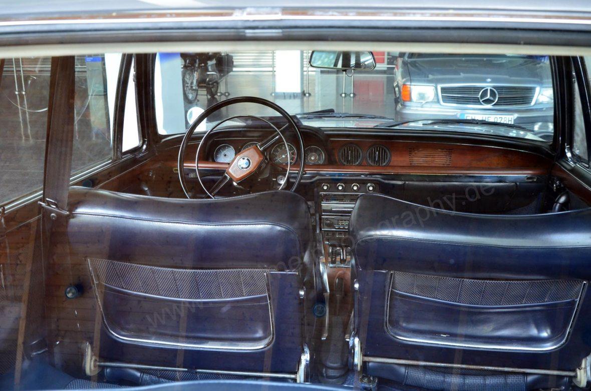 BMW 2000 CA Interieur mit blauen-Ledersitzen und Echtholzfurnier