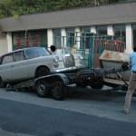 Mercedes-Benz W 110 200 D beim Aufladen auf den Autotrailer