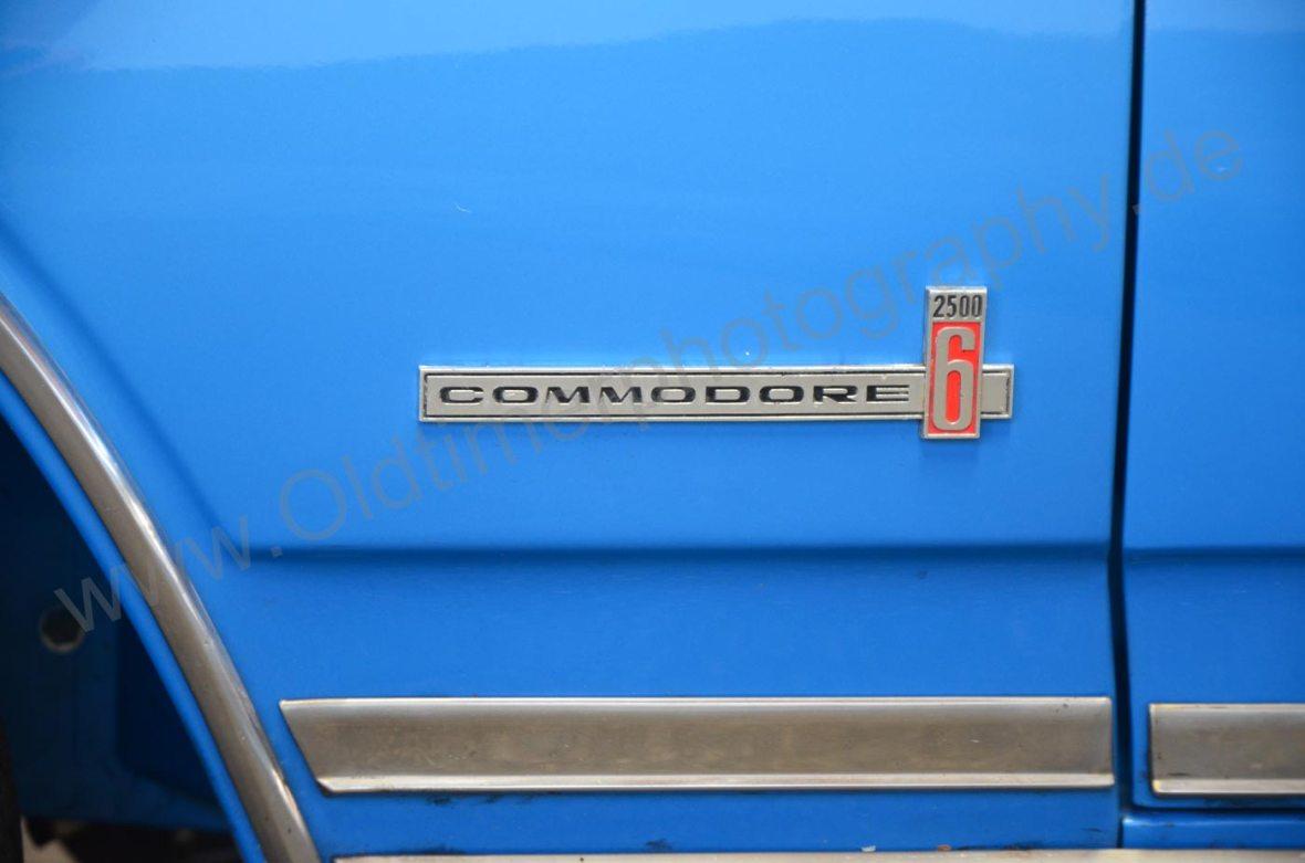 Opel Commodore A Cabriolet mit Schritfzug-Logo seitlich am Kotflügel. 6 = 6 Zylinder-Motor