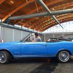 Opel Commodore A Cabriolet beim Einparken in der Messehalle