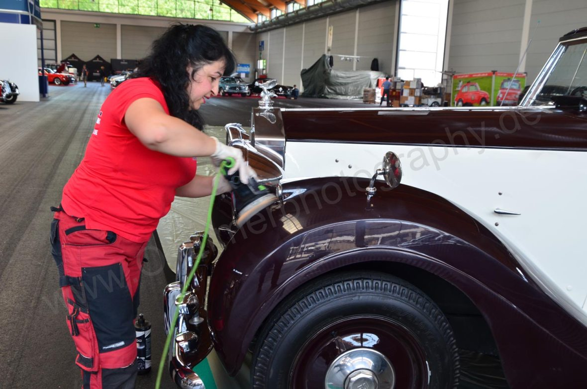 Ein Rolls-Royce wird auf Hochglanz gebracht