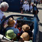 Gut behütet im Fiat Topolino bei der pflichtgemäßen Registrierung bei Herrn Göcke (Organisationsleiter)