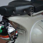 Vespa Roller mit Schutzhelm