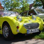 Triumph TR3 in shocked yellow bei einem Oldtimertreffen