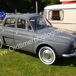 Renault Dauphine 1956-1968 in dunkelgrauem Anzug zum Oldtimer Picknick in Wolfegg