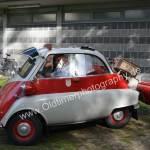 BMW Isetta mit Mini-Anhänger bei der Einfahrt zum Oldtimer-Parcour