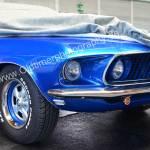 Ford Mustang noch teilweise unter der Persenning vor Messebeginn