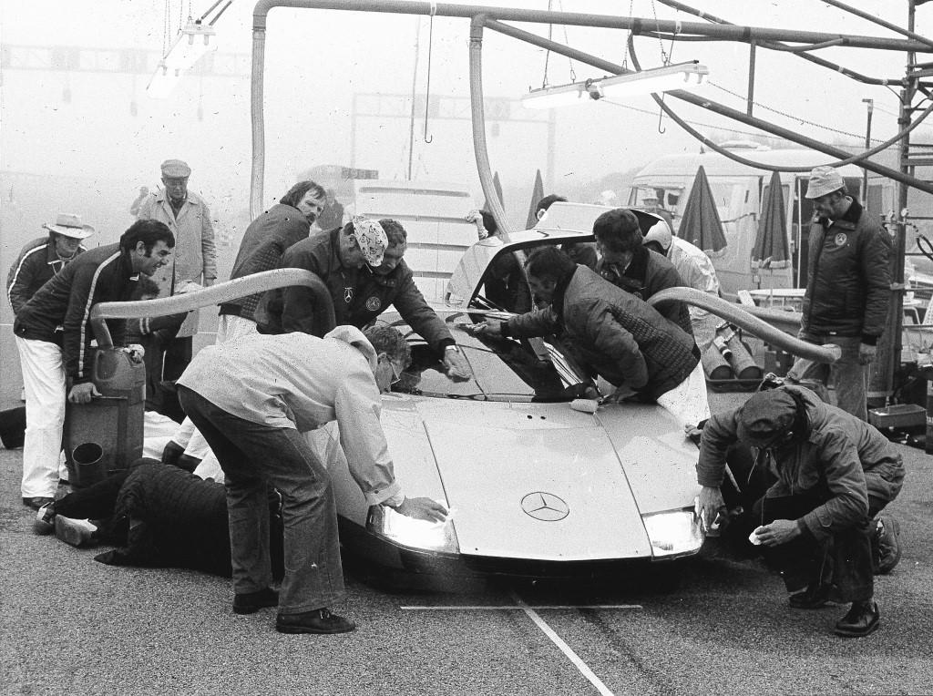 Rekordfahrt mit dem C 111-III am 29. und 30. April 1978 in Nardo. Optimale Sicht ist eine Grundvoraussetzung für die Erzielung hoher Dauergeschwindigkeiten. Das Mercedes-Benz-Service-Team nahm deshalb bei jedem Tankstop/Fahrerwechsel die Gelegenheit wahr, die Scheiben sowie Scheinwerferverkleidungen zu reinigen. Zur gleichen Zeit wurden 140 Liter Dieselkraftstoff getankt sowie Kontrollen an den Dunlop-Reifen vorgenommen. Record run of the C 111-III in Nardo on April 29 and 30, 1978. A perfect view is a prime condi-tion for achieving high continuous speeds. The Mercedes-Benz service team therefore cleaned the windows and headlamp fairings every time the car came in for refueling with 140 liters of diesel, a change of driver and a check on the Dunlop tires.