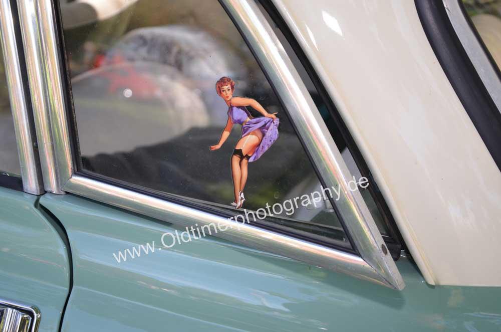 Wartburg 312 mit Pin-up Girl auf dem hinteren Ausstellfenster
