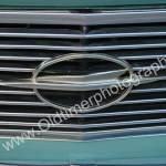 Opel Rekord P2 Detailansicht auf Logo im Kühlergrill