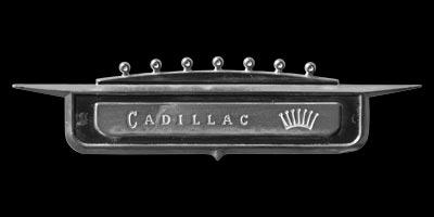 Logo Cadillac DeVille Coupe Series 62 von 1958 am vorderen Kotflügel befestigt