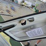 Zündapp Janus 250 mit kleiner Seitentasche für Kartenmaterial und obligatorischer Aschenbecher wie in allen Autos dieser Jahrzehnte, in de rMitte der Motor für den Scheibenwischer
