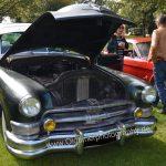 Chrysler Imperial mit geöffneter Motorhaube und riesigem Kühler im Motorraum voraus