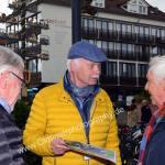 Herr E. Göcke, Organisator des Oldtimertreffens im Fachgespräch mit anderen Oldtimerfahrern