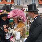 Das Adelsgeschlecht von Markdorf überprüft auf dem Handy nochmals die örtlichen Gegebenheiten beim Oldtimertreffen in Langenargen