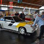 Opel Manta 400 wird auf den Zentimeter genau auf seinen Platz geschoben