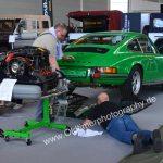 Porsche 911S 2.4 hier werden kleine Spiegel am Boden plaziert um von oben den Unterboden für das Publikum sichtbar zu machen