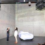 Im Lichtdome stehend Markus Brenner mit Frau Unbehaun-Maier und 2 Videoprojektoren an der Decke