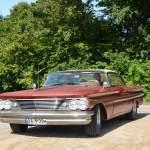 Pontiac bei der Einfahrt zum Oldtimer Picknick im Schloßgarten Wolfegg, Marke und Modell unbekannt