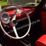 Fiat 500 Interieur mit roten Kunststoffsitzen