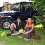 Jeep Wrangler mit gutgelaunten Besitzern