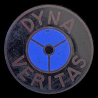 Logo Dyna Veritas auf Motorhaube
