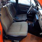 Volvo 144 Interieur mit Stoffbezügen vorn