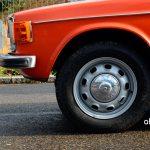Volvo 144 mit Originalfelgen und verchromten Radkappen