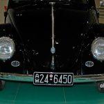 VW Ur-Käfer von 1949 mit vorne Wolfsburger Wappen wie er im Porsche Museum zu sehen ist