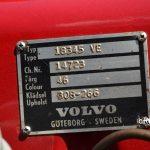 Volvo P1800 mit Typenschild im Motorraum