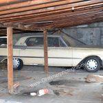 Ford Galaxie 1961 auf der anderen Seite des Holzschuppens