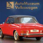 Baujahr: 1968Motor: 4-Zylinder-Boxermotor, luftgekühltLeistung: 68 PSHubraum: 1679 ccmHöchstgeschwindigkeit: 145 km/hGerade in den 60er Jahren sind bei Volkswagen viele Prototypen entstanden, die den Käfer entweder ablösen oder aber die Produktpalette erweitern sollten.Auch Karmann hat auf diesem Gebiet bereits früh begonnen, seinen Beitrag zu leisten. So entstand 1968 das VW 411 Cabriolet. Markantes Komfort-Merkmal dieses Fahrzeugs ist sein Faltverdeck mit elektro-hydraulischer Betätigung. Dabei besteht die Heckscheibe aus kratzfestem Kunststoff und lässt sich per Reißverschluss heraustrennen. Der Motor des viersitzigen Vierfenster-Cabriolets ist, wie bei der Limousine, flach im Heck eingebaut, so dass das Fahrzeug oberhalb des Motors noch einen zweiten Kofferraum besitzt Dem Lifestyle der damaligen Zeit angepasst, wurde der Wagen mit Weißwandreifen ausgestattet und rot lackiert. Grundsätzlich hätte dieses Cabrio eine interessante Ergänzung des Volkswagen-Modellprogramms darstellen können. Sein zu erwartender hoher Verkaufspreis und die Erkenntnis bei den Ingenieuren des Volkswagenwerks, dass die bis dahin favorisierte Technologie des Heckantriebs mit luftgekühlten Boxermotoren nicht mehr die Automobiltechnik der Zukunft sei, verhinderte jedoch seinen Produktionsstart.
