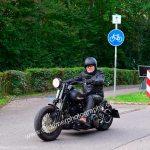 Passend angezogen zur Harley-Davidson, von oben bis unten alles schwarz