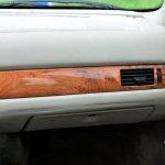Maserati Quattroporte IV Innenraum mit echten Ulmenholzapplikationen und Maserati-Schriftzug auf der Beifahrerseite