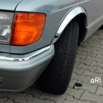 Mercedes-Benz C 126 mit Chromeblenden auf dem Kotflügel