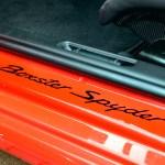Schriftzug Boxster Spyder am Einstiegsblech