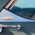 1964 Chrysler Newport Detailansicht mit Chrysler Logo auf C-Säule