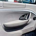 Maserati GranTurismo Seitentür mit Audiosystem von Harman Kardon