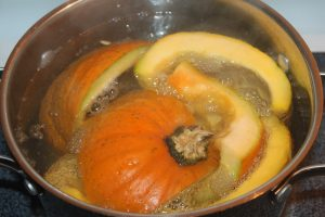 Boiling a small pie pumpkin