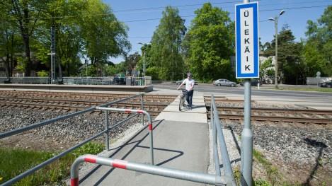 Jalgrattaga tuleb raudteed ületada kas raudteeülesõidu- või ülekäigukohas. Kui ületate raudteed ülekäigukohas, siis tuleb seda teha ratas käe kõrval ning kõndides ülekäigukoha äärde paigutatud tõkete vahelt läbi. Silmas peab pidama saabuvat rongi.