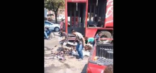 Hombres, mujeres y hasta niños saquean camión repartidor de refrescos