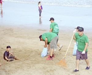 Empresa motiva a limpiar las playas de Mazatlán